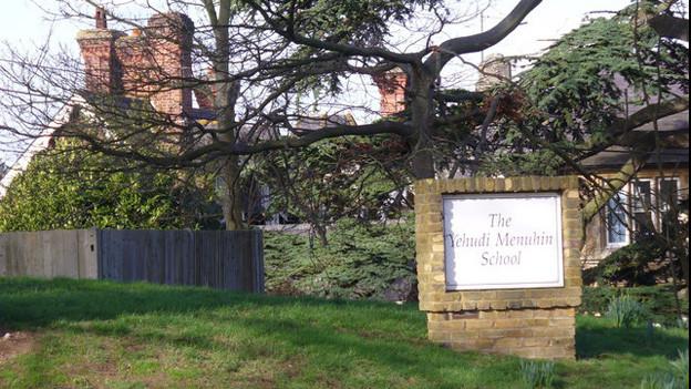 Die Menuhin School für musikalisch hochbegabte Kinder wurde 1963 von dem Violinisten Yehudi Menuhin eröffnet.