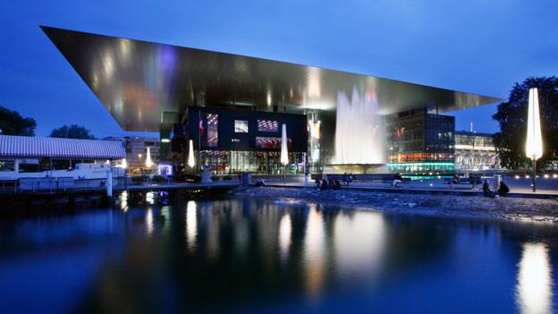 Das KKL in Luzern bei Nacht.