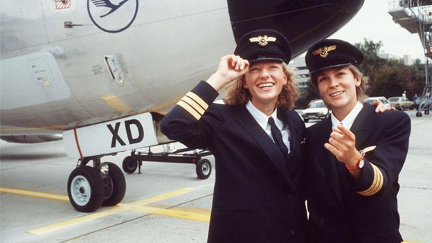 Nicola Lisy (links) und Evi Hetzmannseder sind die ersten von Lufthansa ausgebildeten Pilotinnen.