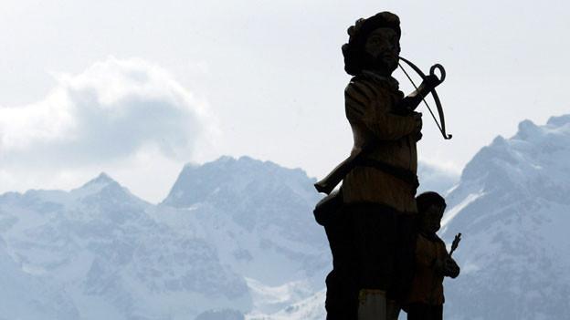 Willhelm Tell und sein Sohn Walterli als Statue im Dorfzentrum von Tells Ursprungsort Bürglen.