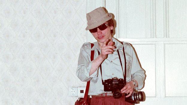 Neben Fotos von feiernden Geheimdienstlern hat Menner auch Anleitungen zum Ankleben von falschen Schnäuzen gefunden.