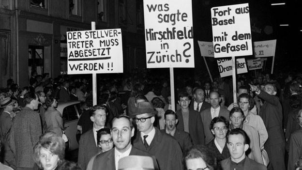 Katholiken protestieren am 23. September 1963 in Basel gegen die Aufführung des Theaterstuecks «Der Stellvertreter» von Rolf Hochhuth im Stadttheater.