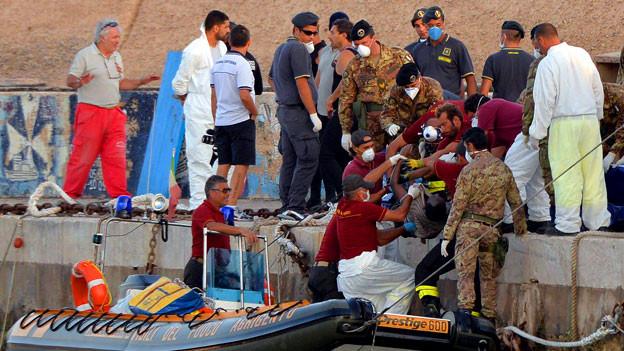 Ein Flüchtling wird aus dem Meer geborgen.