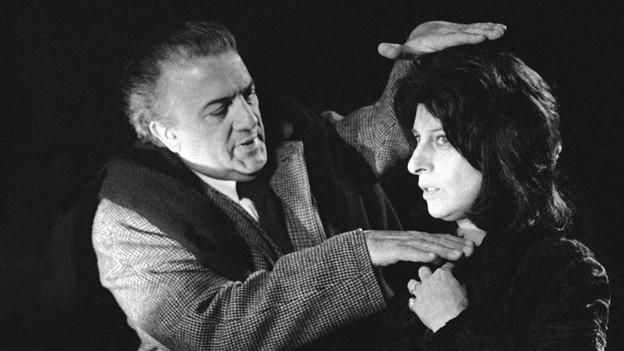 Der Filmmagier Fellini studiert die Nahaufnahme der Schauspielerin Anna Magnani.