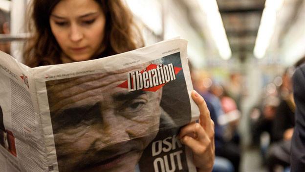 Eine Frau liest in der französischen Tageszeitung «Libération».