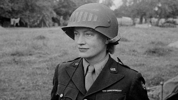 Lee Miller in US-Uniform auf einem Feld