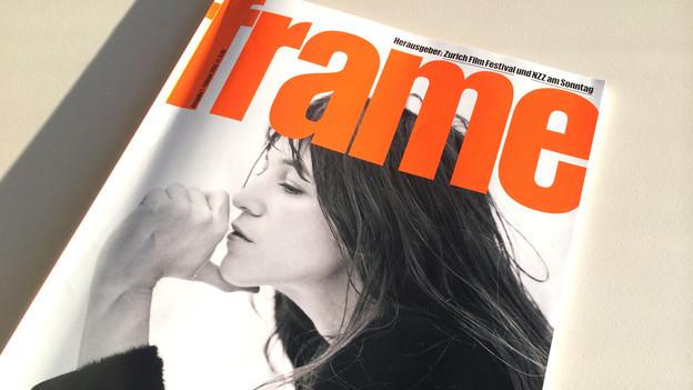 Das Titelblatt der Zeitschrift «Frame» zeigt eine Frau (Charlotte Gainsbourg) in einer Seitenansicht. Sie halt den Daumen unters Kinn.