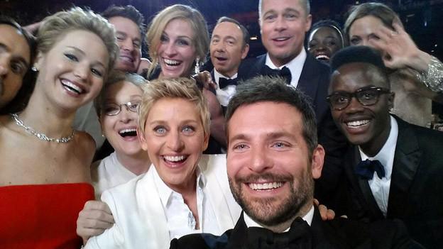 Berühmte Schauspieler sind bei den Oscars alle auf einem Foto.