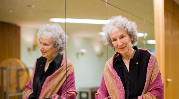Die bereits schön ältere Margaret Atwood vor einem Spiegel.