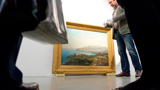 Leute stehen um das Werk «A Valley near Sorrento» von Cornelius Gurlitt.