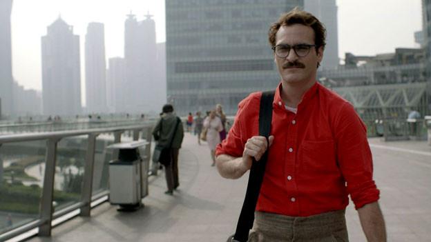 Mann in rotem Hemd mit Tasche.