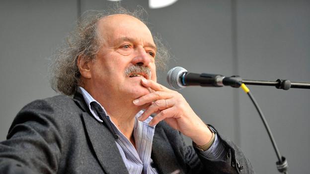 Das Bild zeigt den Schweizer Autoren Urs Widmer.