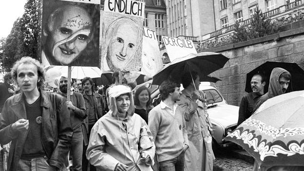 Die schwarz-weisse Fotografie zeigt Demonstranten der 80er-Bewegung in Zürich.