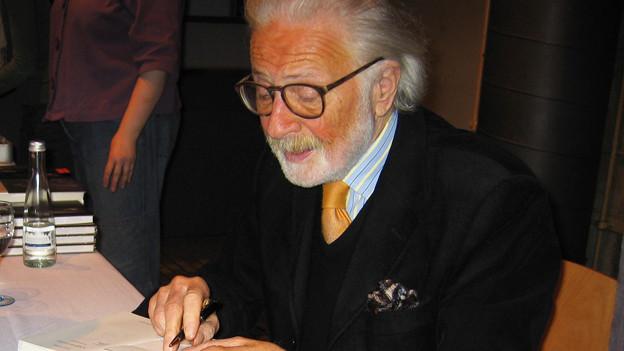 Das Bild zeigt das Porträt eines älteren Herren mit Brille, weissem Haar und weissem Vollbart.