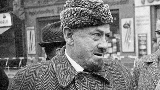 Die schwarz-weisse Fotografie zeigt den Autoren John Steinbeck in Wintermantel und einer Kopfbedeckung aus Pelz.
