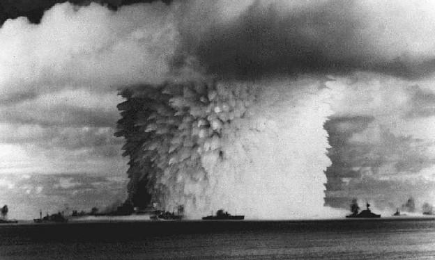 Eine Explosion einer Atombombe im Meer.