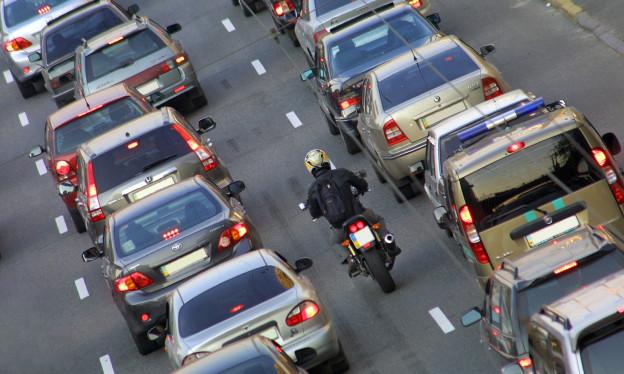 Autos reihen sich in einem Stau aneinander.