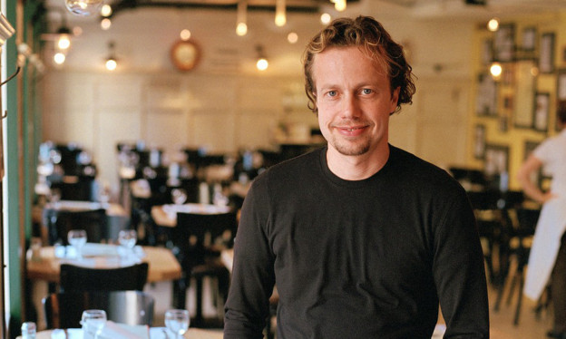 Das Bild zeigt Rolf Hiltl, ein Mann mit hellen Locken und dunklem Pullover.