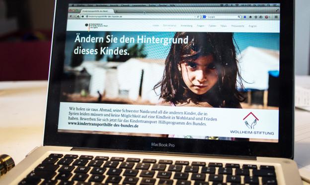 Ein Bildschirm eines Laptops mit dem Gesicht eines Mädchens drauf.