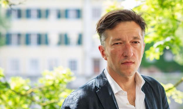 Ein Porträt des Autors Lukas Bärfuss vor der Aare in Solothurn.