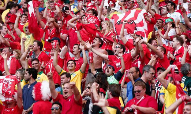 Jubelnde Schweizer Fans beim WM-Spiel Schweiz gegen Ecuador in Brasilia.