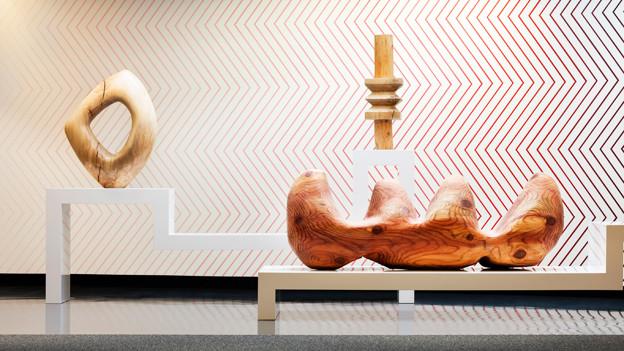Eine Holzskulptur von Claudia Comte an der LISTE.