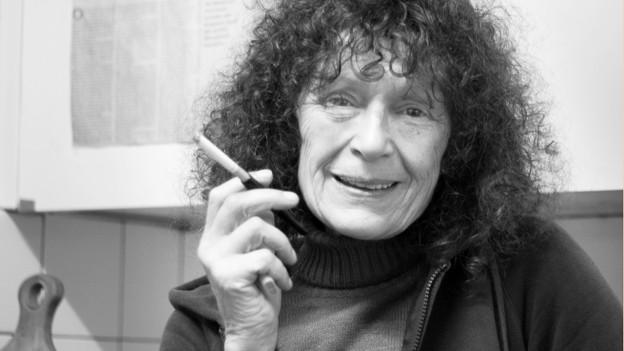 Beatrix Bühler auf einem Schwarz-weiss-Foto mit Zigarette.