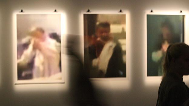Drei künstlerische Fotografien mit verschwommen aufgenommenen Porträts.