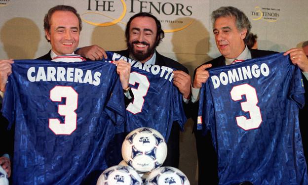 Carreras, Pavarotti und Domingo halten Fussballtrikots mit ihren Namen und der Nummer 3.