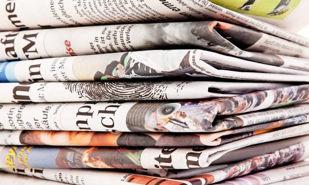 Ein Stapel verschiedener Tageszeitungen.
