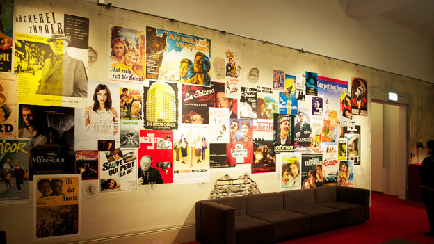 Filmplakate an einer Wand.