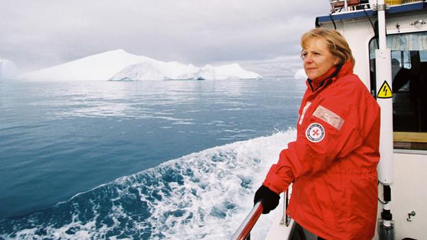 Angela Merkel auf einem Schiff im Eismeer.