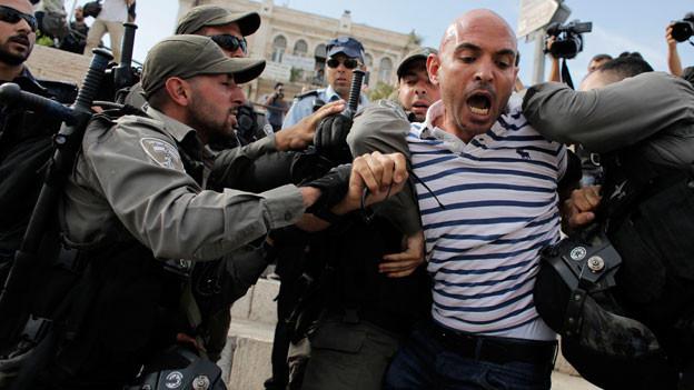 Ein Medienschaffender wird verhaftet während eines Protestes am israelischen Jerusalemtag, der die Wiedervereinigung Jerusalems feiert, 28. Mai 2014.