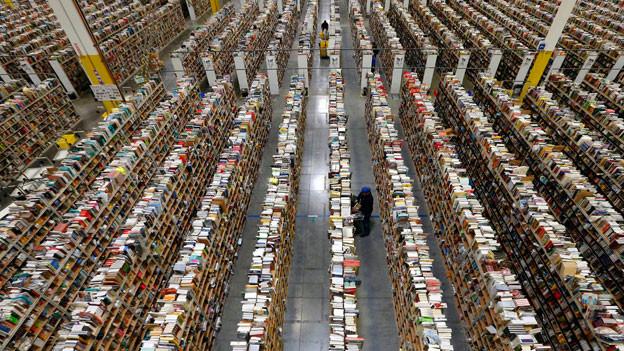 Meilenweite Gestelle mit Büchern: Die Amazon Auslieferungsstelle in Phoenix.