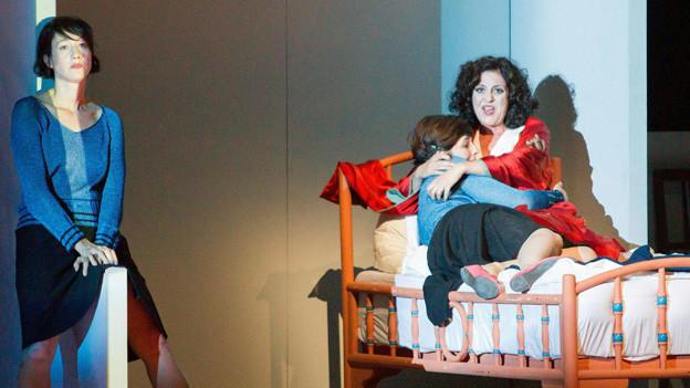 Die Szene auf einer Bühne, die zwei Frauen und ein Kind zeigt.