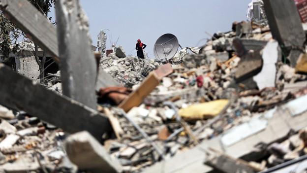 Ein Trümmerfeld im südlichen Gazastreifen, Schutt türmt sich.