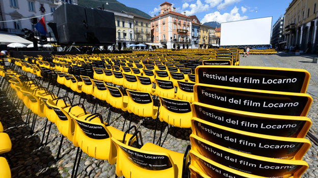 Gelbe Stühle auf der Piazza Grande in Locarno.