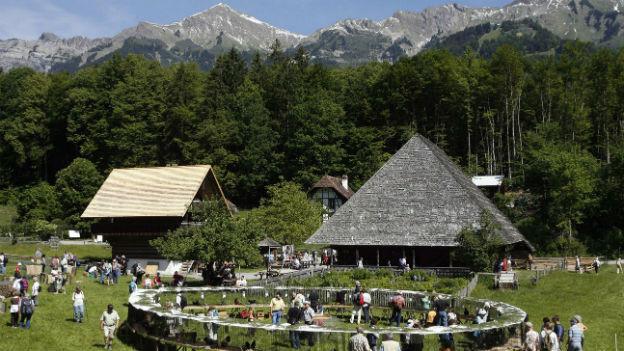 Zwei Hütten im Freilichtmuseum Ballenberg. Hinten die Berge.