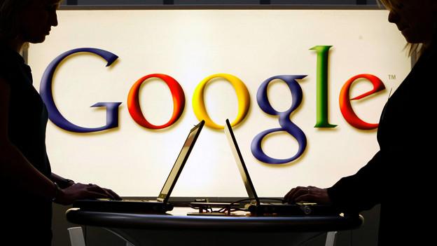 Zwei Frauen vor Google-Logo.