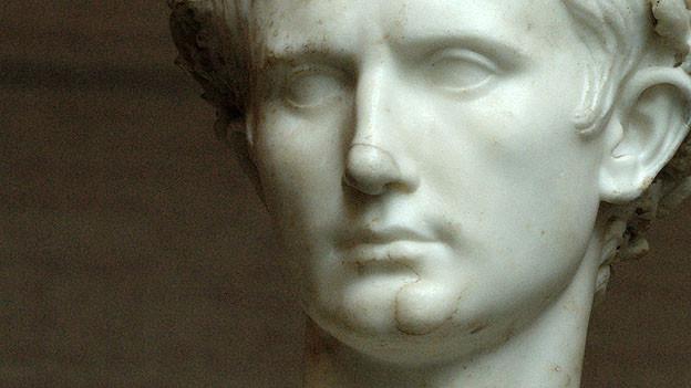 Die Marmorbüste des Kaisers Augustus.