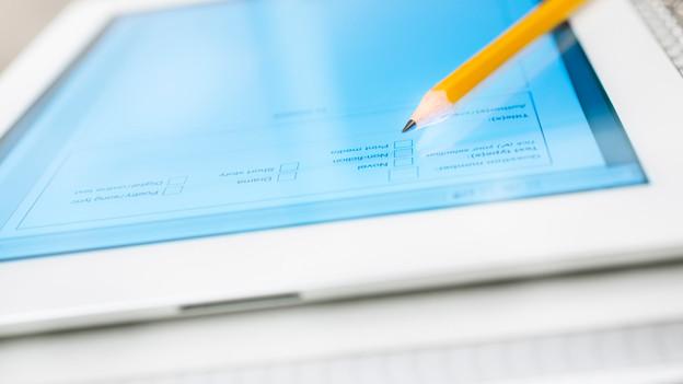 Die Oberfläche eines Tablets, auf dem ein Bleistift liegt.