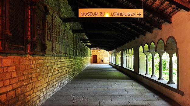 Kreuzgang im Kloster Allerheiligen mit Wegweiser zum Museumseingang