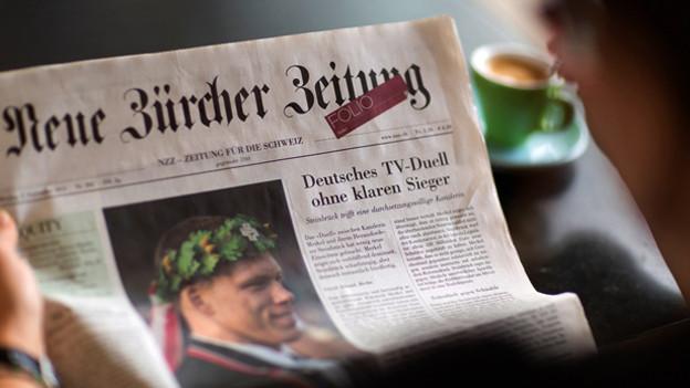 Mann liest Zeitung.