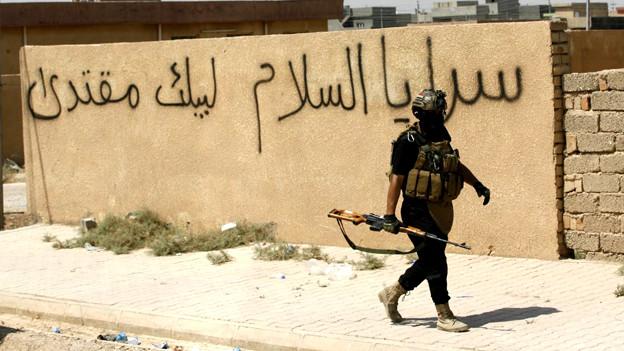 Isis-Terrorist auf der Strasse.