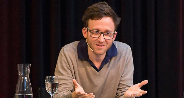 Thomas Meyer mit Headset an der Buch Basel.