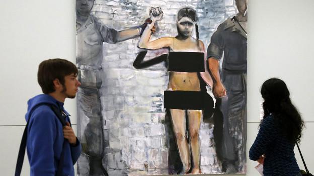 Besucher stehen vor dem Kunstwerk «The Trophy» von Marlene Dumas an der «Manifesta 10» in St. Petersburg.