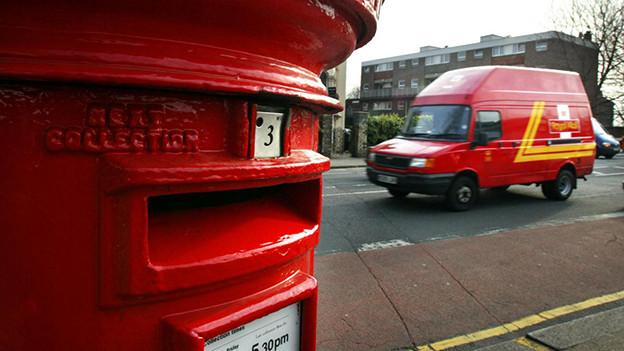 Ein roter Briefkasten in England