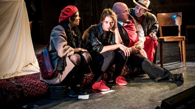 Zwei Frauen und zwei Männer sitzen auf der Bühne.