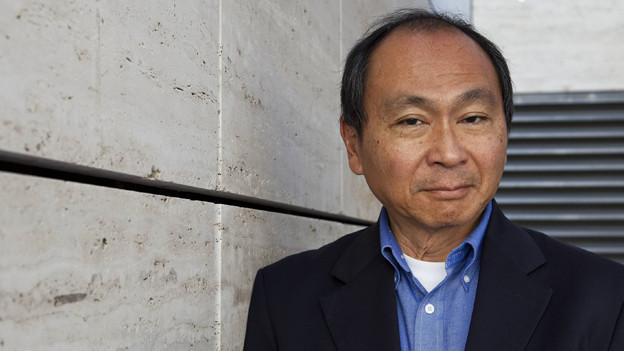 Francis Fukuyama blickt in die Kamera.