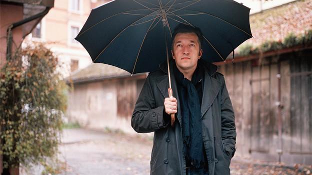 Lukas Bärfuss mit Regenschirm.